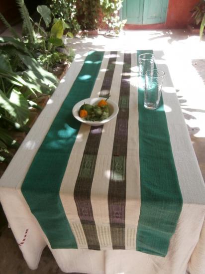 Un chemin de table avec deux rayures centrales et bordures vertes